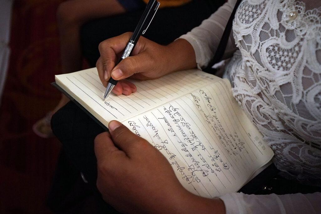 Sam Samith faz anotações durante um devocional com presidente Russell M. Nelson, de A Igreja de Jesus Cristo dos Santos dos Últimos Dias, em Phnom Penh, Camboja, na terça, dia 19 de novembro, 2019.