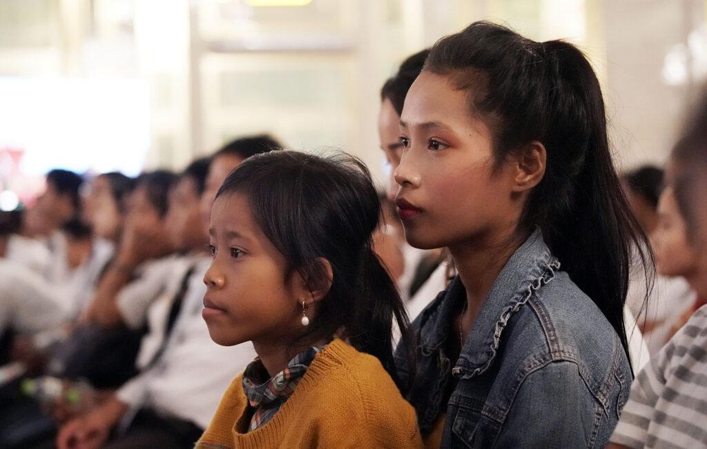 Srey Kia e Srey Nic escutam durante um devocional com presidente Russell M. Nelson, de A Igreja de Jesus Cristo dos Santos dos Últimos Dias, em Phnom Penh, Camboja, na terça, dia 19 de novembro, 2019.
