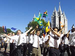 Missionários servindo na Missão Salt Lake City Sul de outras terras balançam bandeiras de seus países.