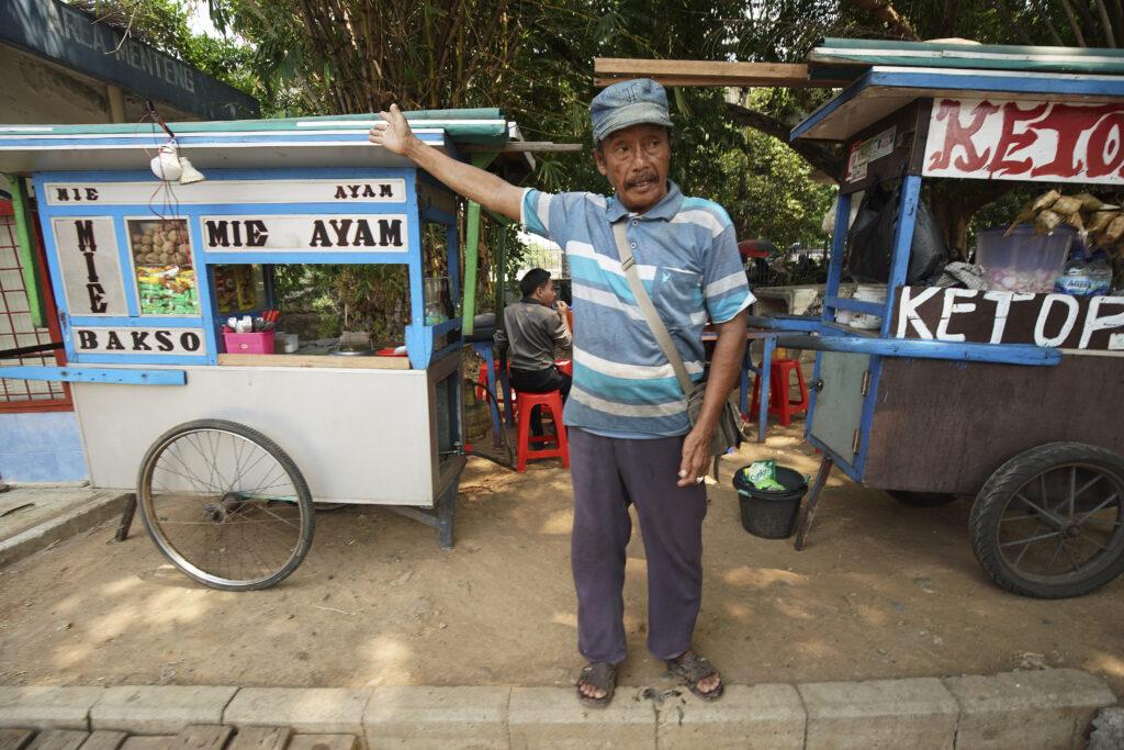 Um homem vende itens em Jacarta, Indonésia, no dia 21 de novembro, 2019.