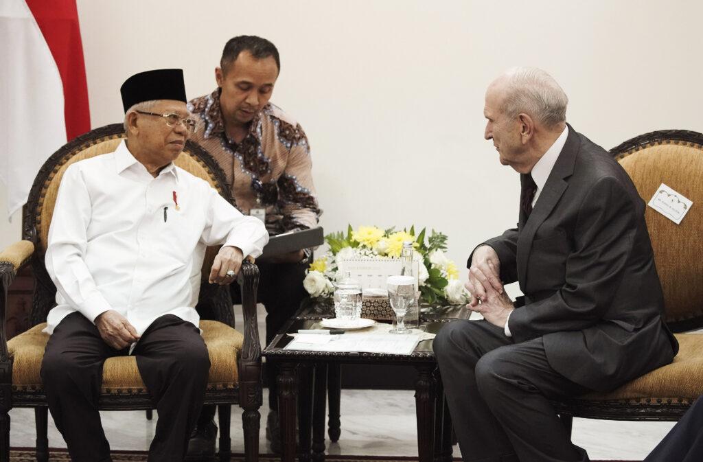 Presidente Russell M. Nelson de A Igreja de Jesus Cristo dos Santos dos Últimos Dias, encontra-se com de Ma'ruf Amin, vice-presidente da Indonésia, em Jacarta, Indonésia, no dia 21 de novembro, 2019.