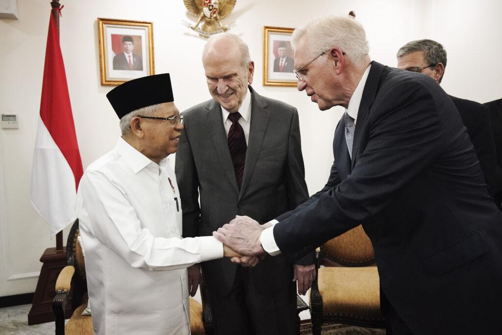 Presidente Russell M. Nelson, de A Igreja de Jesus Cristo dos Santos dos Últimos Dias, encontra-se com de Ma'ruf Amin, vice-presidente da Indonésia, em Jacarta, Indonésia, no dia 21 de novembro, 2019.