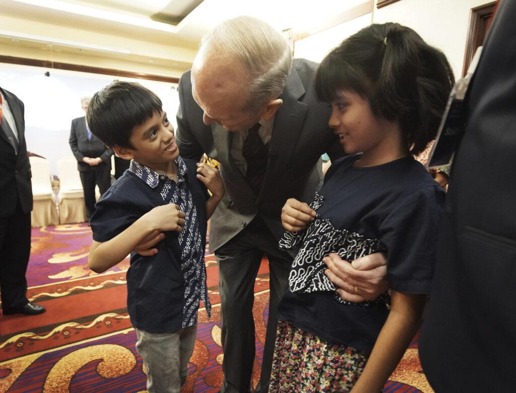 Presidente Russell M. Nelson, de A Igreja de Jesus Cristo dos Santos dos Últimos Dias, conhece famílias multi-geracionais em Jacarta, Indonésia, no dia 21 de novembro, 2019.