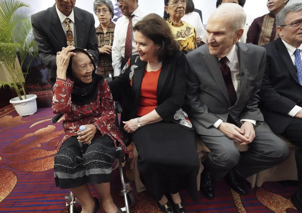 Presidente Russell M. Nelson, de A Igreja de Jesus Cristo dos Santos dos Últimos Dias, e sua esposa, irmã Wendy Nelson, falam com Tumini de 86 anos enquanto conhecem famílias multi-geracionais em Jacarta, Indonésia, no dia 21 de novembro, 2019.