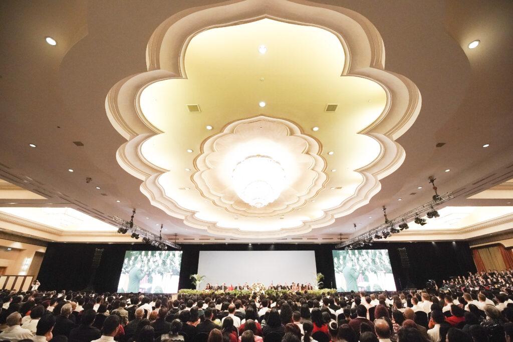 Congregação espera para ouvir presidente Russell M. Nelson de A Igreja de Jesus Cristo dos Santos dos Últimos Dias em Jacarta, Indonésia, no dia 21 de novembro, 2019.