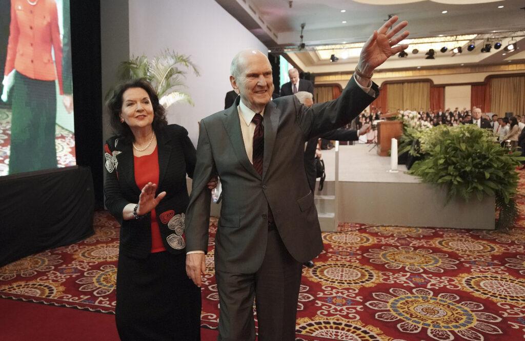 Presidente Russell M. Nelson, de A Igreja de Jesus Cristo dos Santos dos Últimos Dias, e sua esposa, irmã Wendy Nelson, acenam para congregação após um devocional em Jacarta, Indonésia, no dia 21 de novembro, 2019.