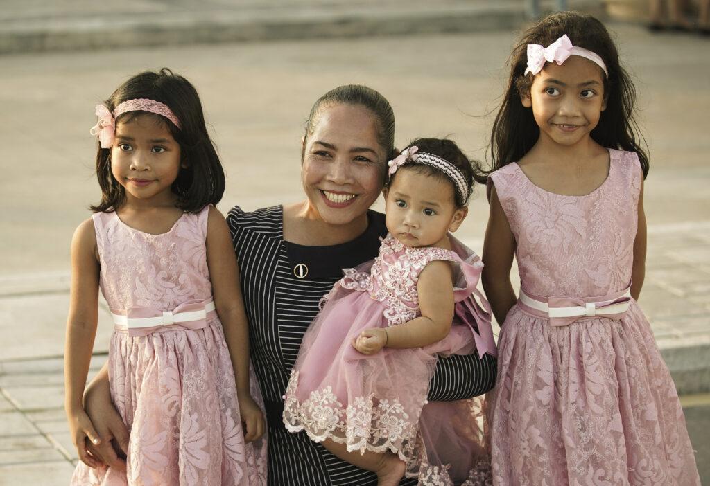 Davy Monlong posa para uma foto com filhas, Rebecca, Roniya e Rachel, antes de um devocional de A Igreja de Jesus Cristo dos Santos dos Últimos Dias em Phnom Penh, Camboja, no dia 19 de novembro, 2019.
