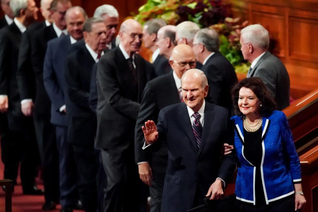 Presidente Russell M. Nelson acena com sua esposa, irmã Wendy Nelson, ao saírem no final da sessão da manhã de sábado da Conferência Geral Semianual de nº 189 de A Igreja de Jesus Cristo dos Santos dos Últimos Dias no Centro de Conferências em Salt Lake City, no sábado, dia 5 de outubro, 2019.