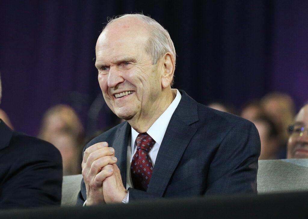 Presidente Russell M. Nelson de A Igreja de Jesus Cristo dos Santos dos Últimos Dias gesticula para congregação no State Farm Stadium em Phoenix, Arizona, no domingo, dia 10 de fevereiro, 2019.