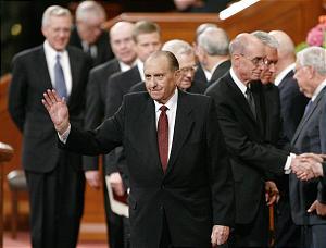 Presidente Thomas Monson acena para congregação após uma sessão de conferência geral de A Igreja de Jesus Cristo dos Santos dos Últimos Dias no dia 6 de abril, 2007, em Salt Lake City.