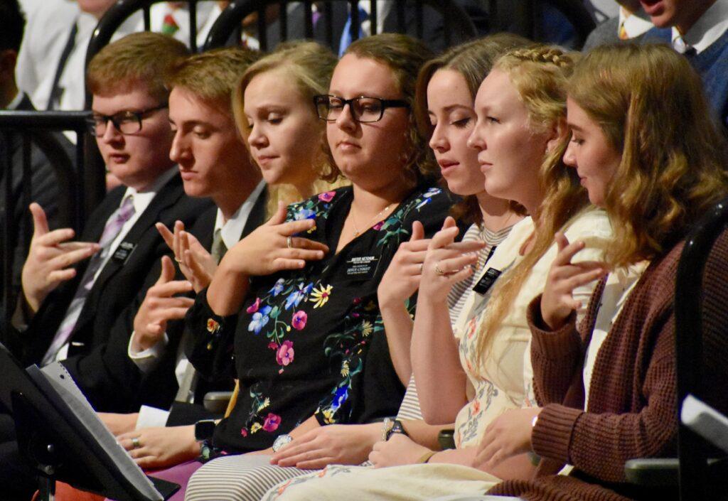 Missionários de Linguagem de Sinal Americana participam do coro do Centro de Treinamento Missionário de Provo durante um devocional do Dia de Ação de Graças com élder Neil L. Andersen, no dia 28 de novembro, 2019, em Provo, Utah.