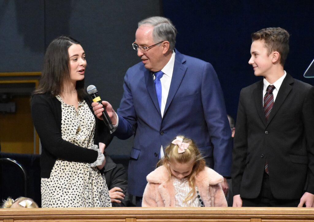 Élder Neil L. Andersen visita com vários de seus netos durante um devocional do Dia de Ação de Graças no Centro de Treinamento Missionário de Provo no dia 28 de novembro, 2019, em Provo, Utah.