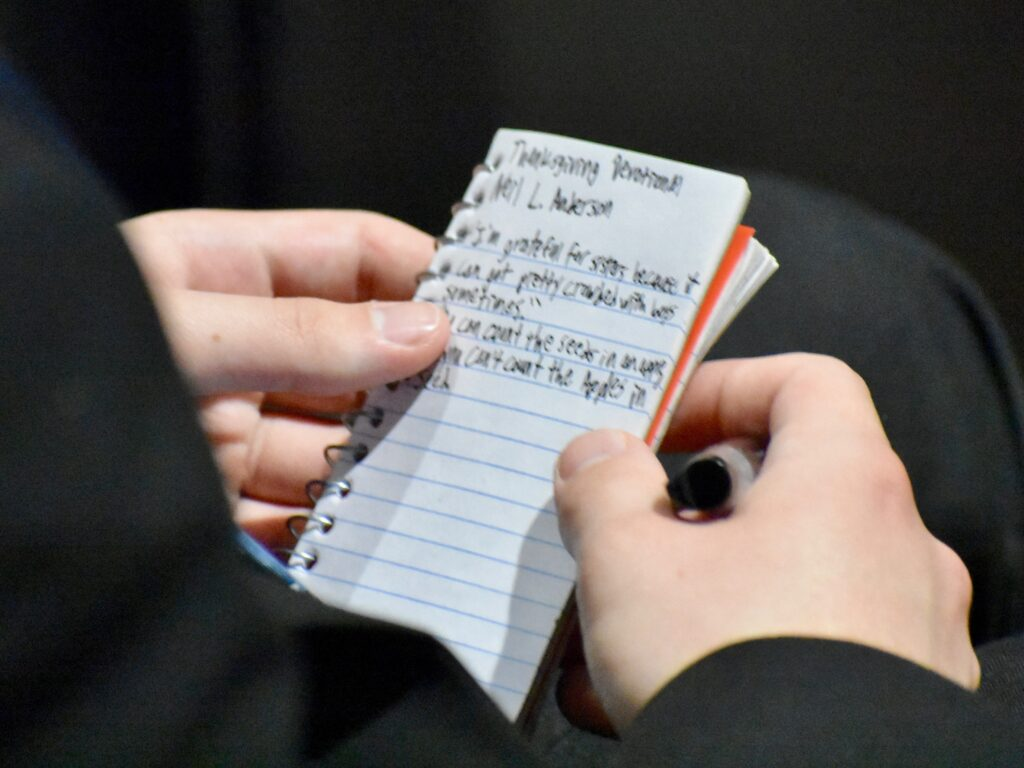 Um missionário faz anotações durante um devocional de Ação de Graças com élder Neil L. Andersen, do Quórum dos Doze Apóstolos, no Centro de Treinamento Missionário de Provo, no dia 28 de novembro, 2019, em Provo, Utah.