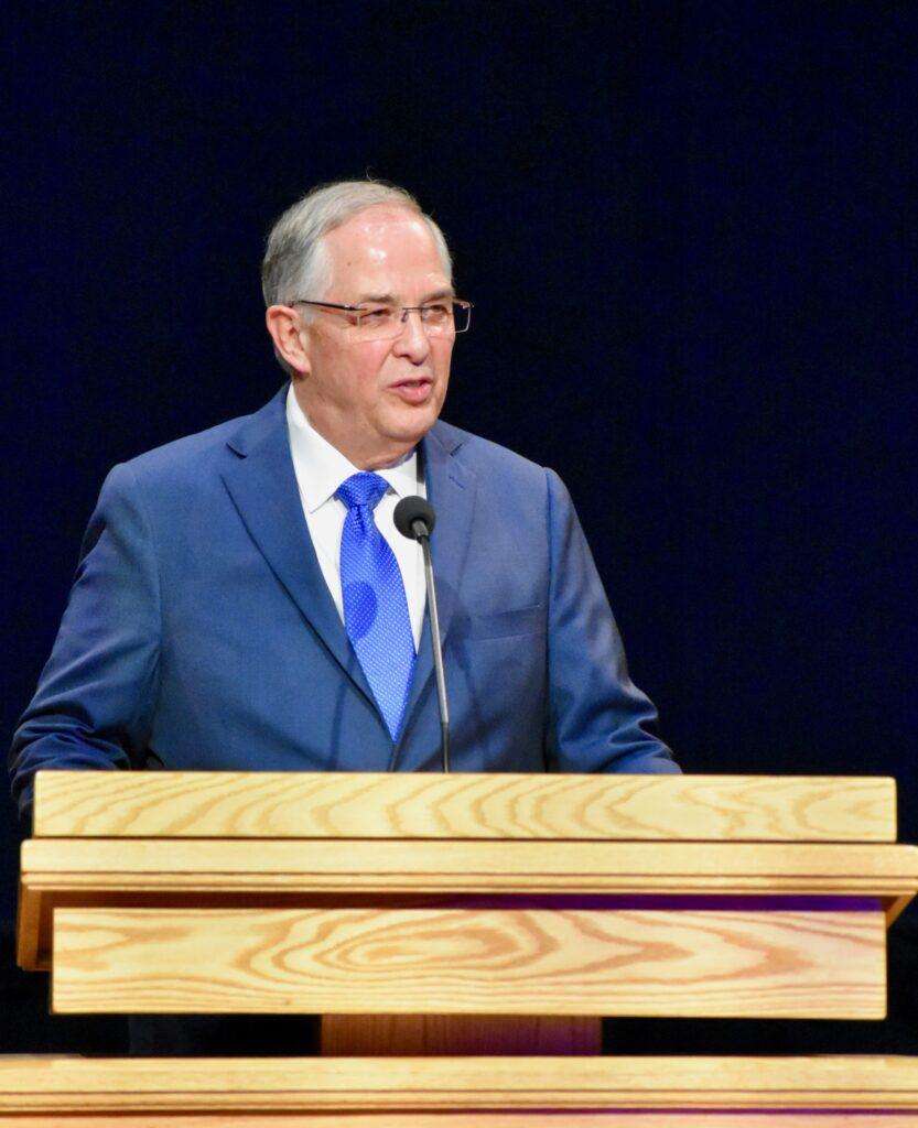Élder Neil L. Andersen, do Quórum dos Doze Apóstolos, fala durante um devocional no Dia de Ação de Graças no Centro de Treinamento Missionário de Provo no dia 28 de novembro, 2019, em Provo, Utah.