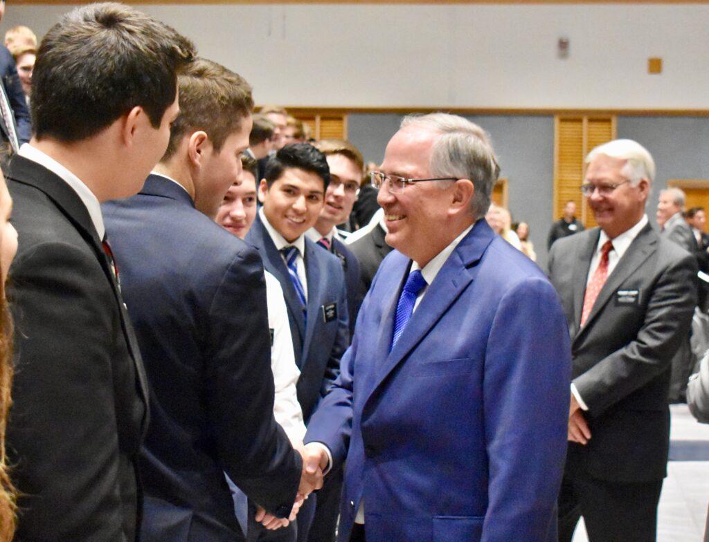 Élder Neil L. Andersen, do Quórum dos Doze Apóstolos, cumprimenta missionários após um devocional do Dia de Ação de Graças no Centro de Treinamento Missionário de Provo no dia 28 de novembro, 2019, em Provo, Utah.