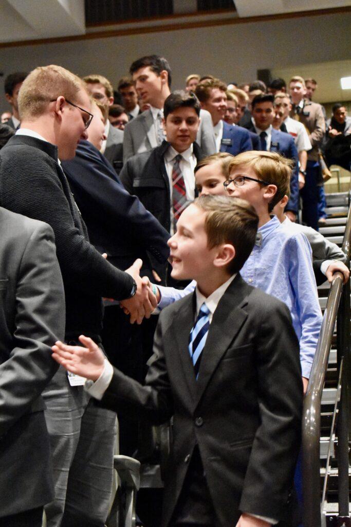 Netos do élder Neil L. Andersen, do Quórum dos Doze Apóstolos, cumprimentam missionários após um devocional de Ação de Graças no Centro de Treinamento Missionário de Provo, no dia 28 de novembro, 2019, em Provo, Utah.