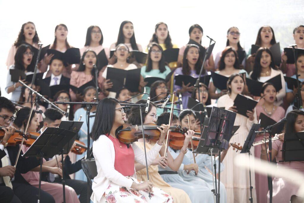 Jovens Santos dos Últimos Dias fornecem música para a abertura de terra do Templo de Puebla México no sábado dia 30 de novembro, 2019.