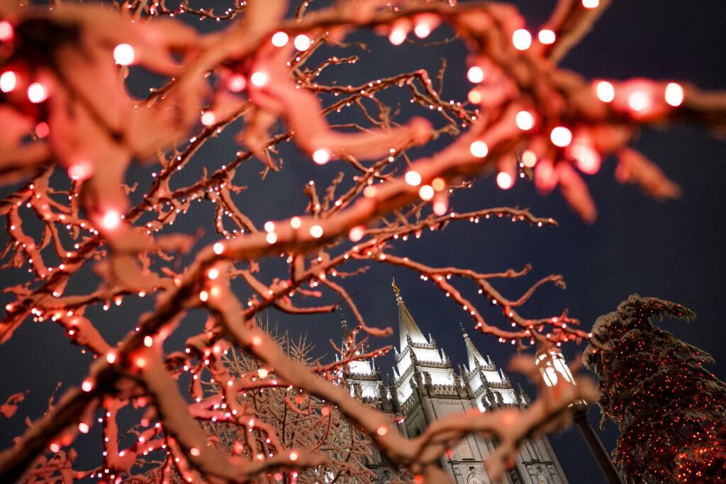 O Templo de Salt Lake de A Igreja de Jesus Cristo dos Santos dos Últimos Dias é fotografado na primeira noite da exposição anual de luzes de Natal na Praça do Templo em Salt Lake City, Utah, na sexta-feira, 29 de novembro de 2019.
