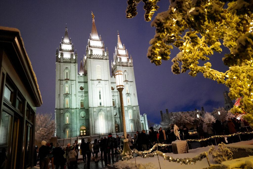 Os visitantes desfrutam da primeira noite da exposição anual de luzes de Natal na Praça do Templo em Salt Lake City, Utah, na sexta-feira, 29 de novembro de 2019.