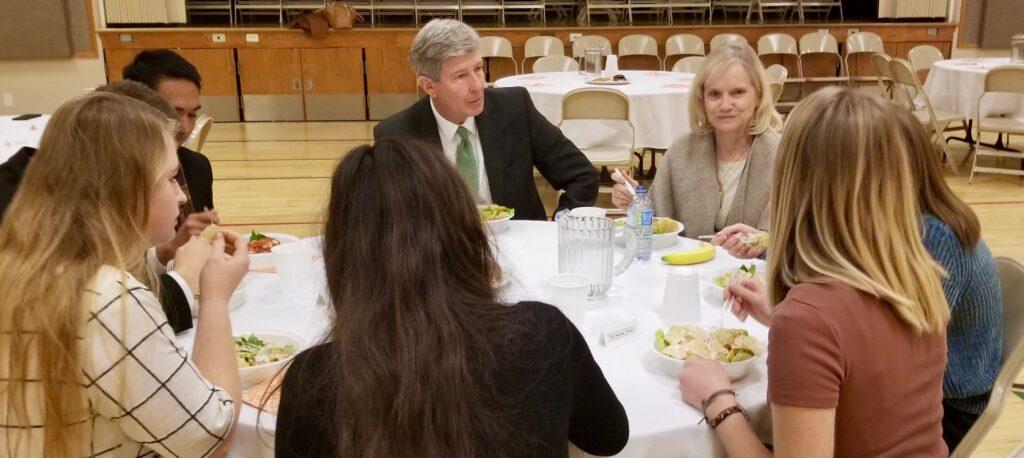 O Élder S. Gifford Nielsen e irmã Wendy Nielsen, no centro ao meio, encontram com missionários da Missão Canadá Calgary durante um almoço ao meio-dia, no dia 31 de outubro, 2019, em Calgary, Canadá.