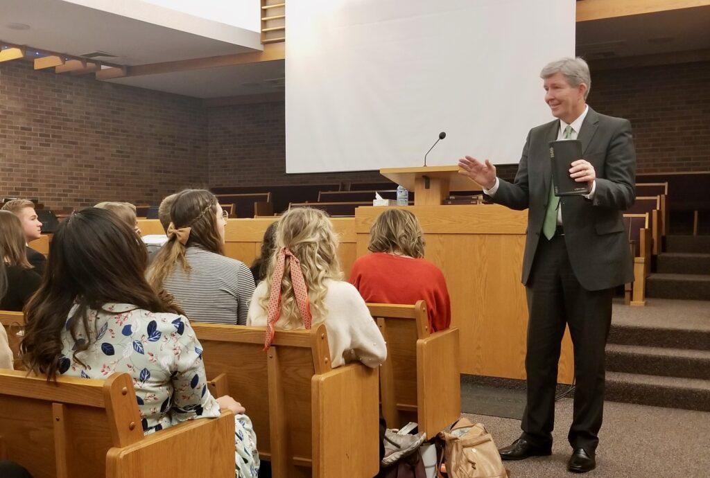 O Élder S. Gifford Nielsen ensina os missionários em uma reunião da conferência, realizada durante o tour de missão, no dia 31 de outubro de 2019, na Missão Calgary Canadá em Calgary, Canadá.