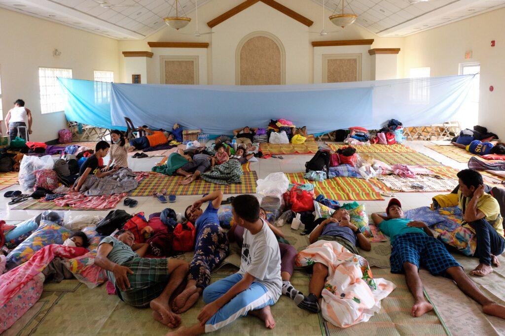 Santos dos Últimos Dias se reúnem em uma capela local, devido às cinzas que vulcão Taal continua lançando ao sul de Manila, nas Filipinas.