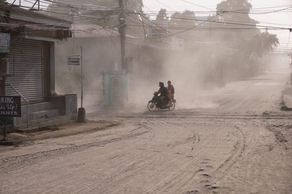 O vulcão Taal lança uma grande nuvem de cinzas, vapor e rochas nas Filipinas.
