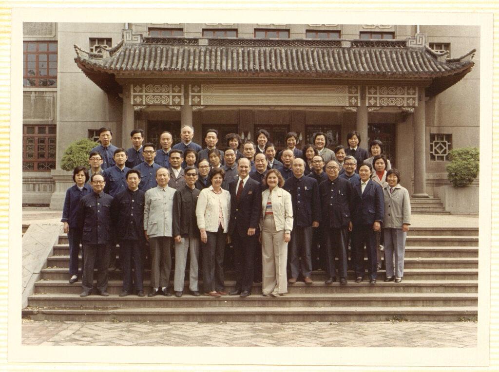 O time do Dr. Russell M. Nelson se reúne com profissionais médicos na frente da Faculdade Médica de Shandong em Jinan, China, em setembro de 1980.
