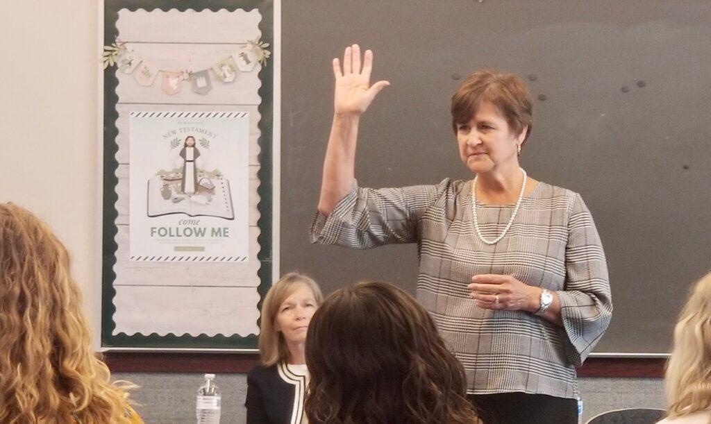 A irmã Marcia Nielson, esposa do Élder Brent H. Nielson, fala com as sísteres missionárias durante um tour na Missão Tennessee Nashville, no dia 19 de setembro de 2019, em Brentwood, Tennessee.