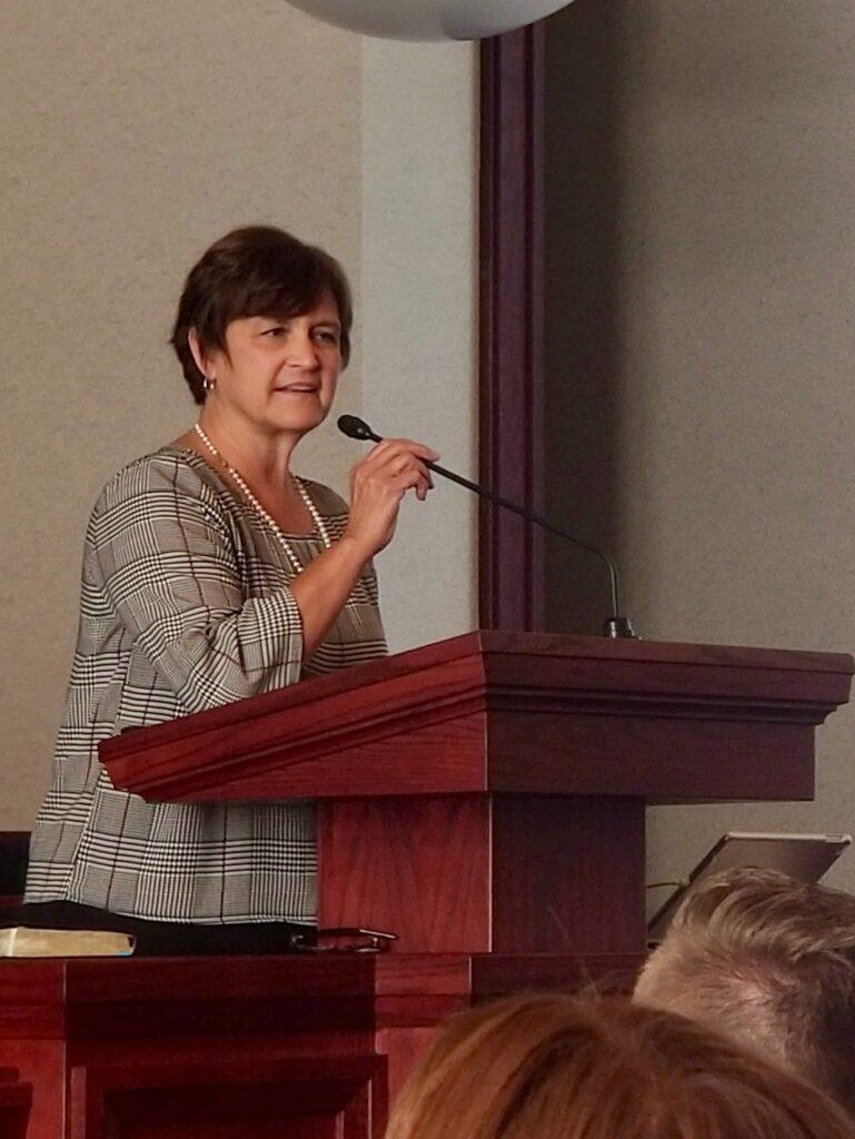 A irmã Marcia Nielson, esposa do Élder Brent H. Nielson, fala com missionários da Missão Tennessee Nashville durante uma reunião no tour de missão, no dia 19 de setembro de 2019, em Brentwood, Tennessee.