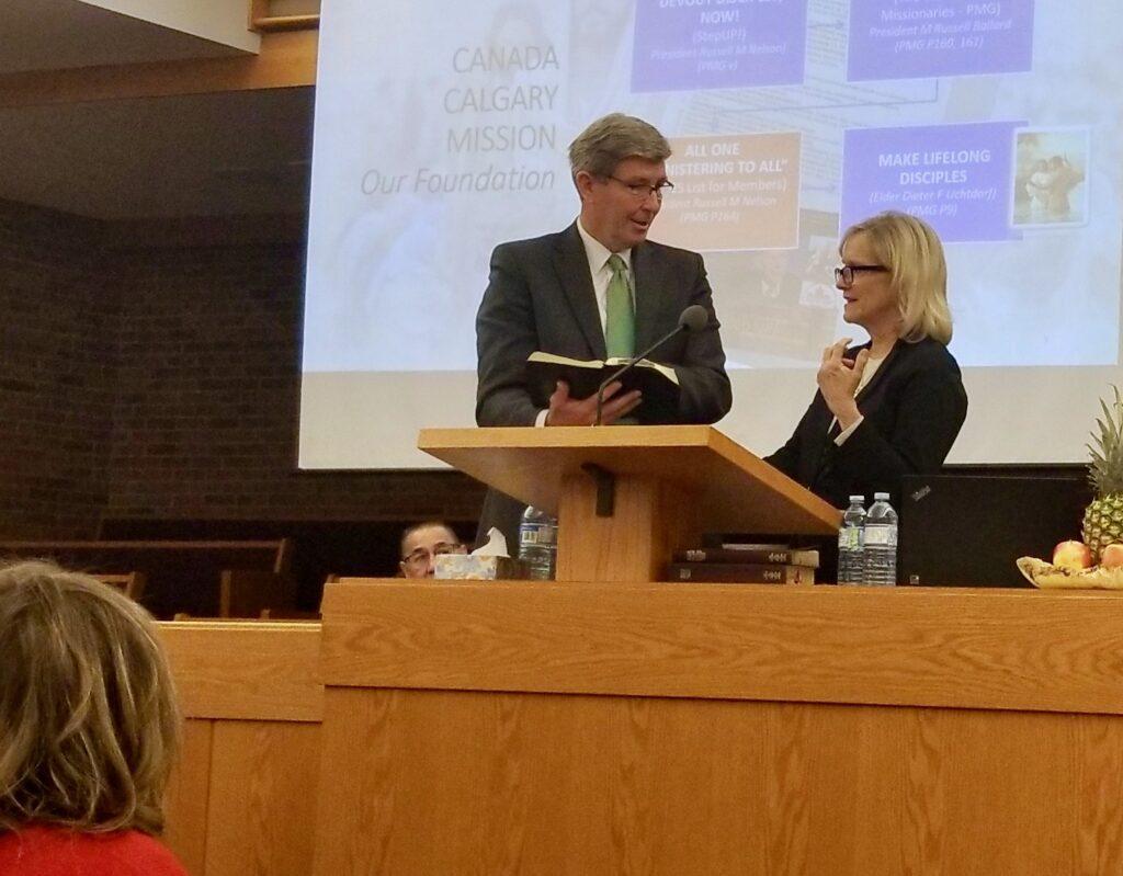 O Élder S. Gifford Nielsen e sua esposa, a irmã Wendy Nielsen, ensinam juntos durante uma reunião com os missionários da Missão Canadá Calgary no dia 31 de outubro de 2019, em Calgary, Canadá.