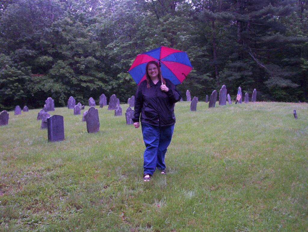 Christie Blair visita um cemitério em Easton, Bristol, Massachusetts durante uma viagem de pesquisa da história da família em junho de 2003.