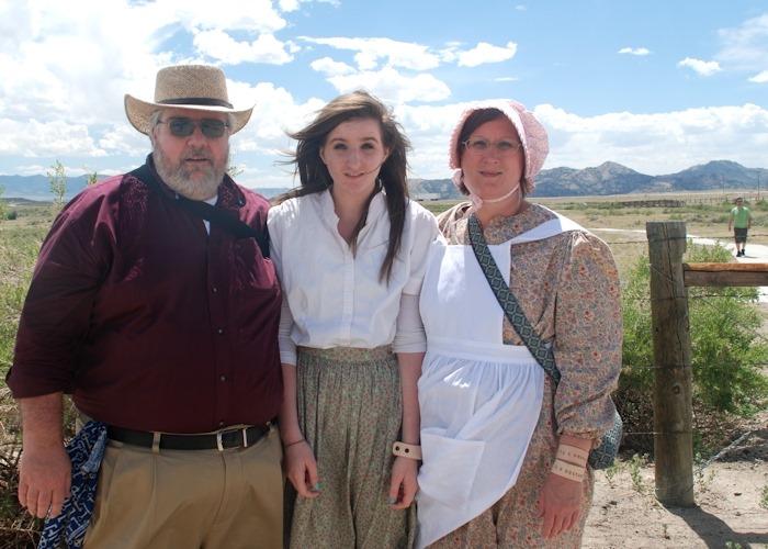 Da esquerda para a direita: Jeff Westover, sua filha Maggie e sua esposa Sandy sorriem em Independence Rock em Wyoming, no primeiro dia da Trilha dos Pioneiros em junho de 2013.