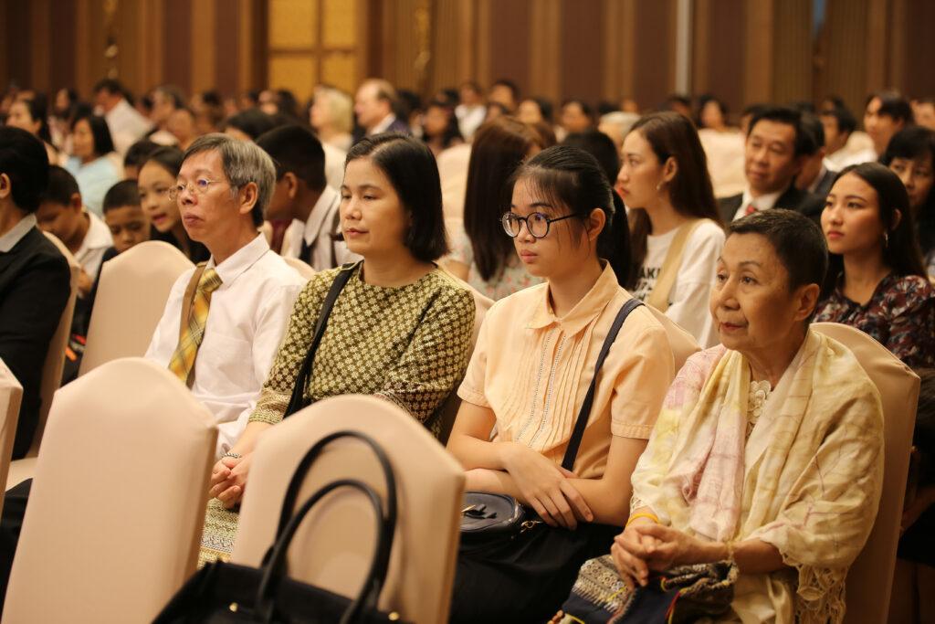 Membros tailandeses da Igreja ouvem o discurso do Élder Neil L. Andersen durante uma reunião em Bangcoc, Tailândia, no dia 12 de janeiro de 2020.
