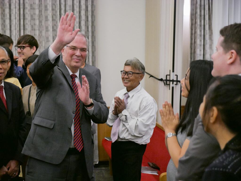 O Élder Neil L. Andersen acena para os membros da Igreja durante uma reunião em Bangcoc, Tailândia, no dia 12 de janeiro de 2020.
