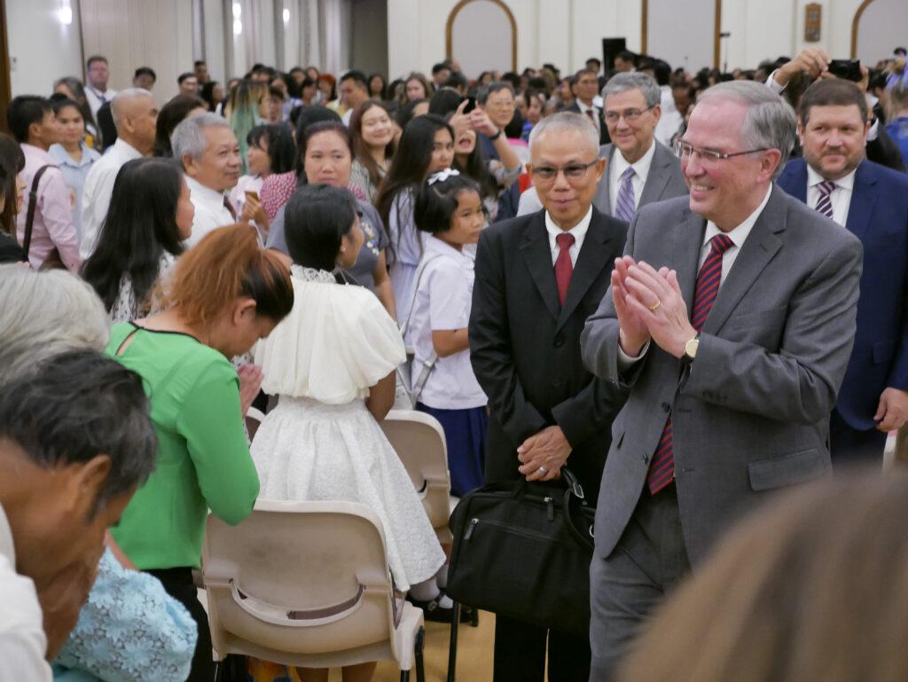 O Élder Neil L. Andersen cumprimenta os membros durante uma reunião em Bangcoc, Tailândia, no dia 12 de janeiro de 2020