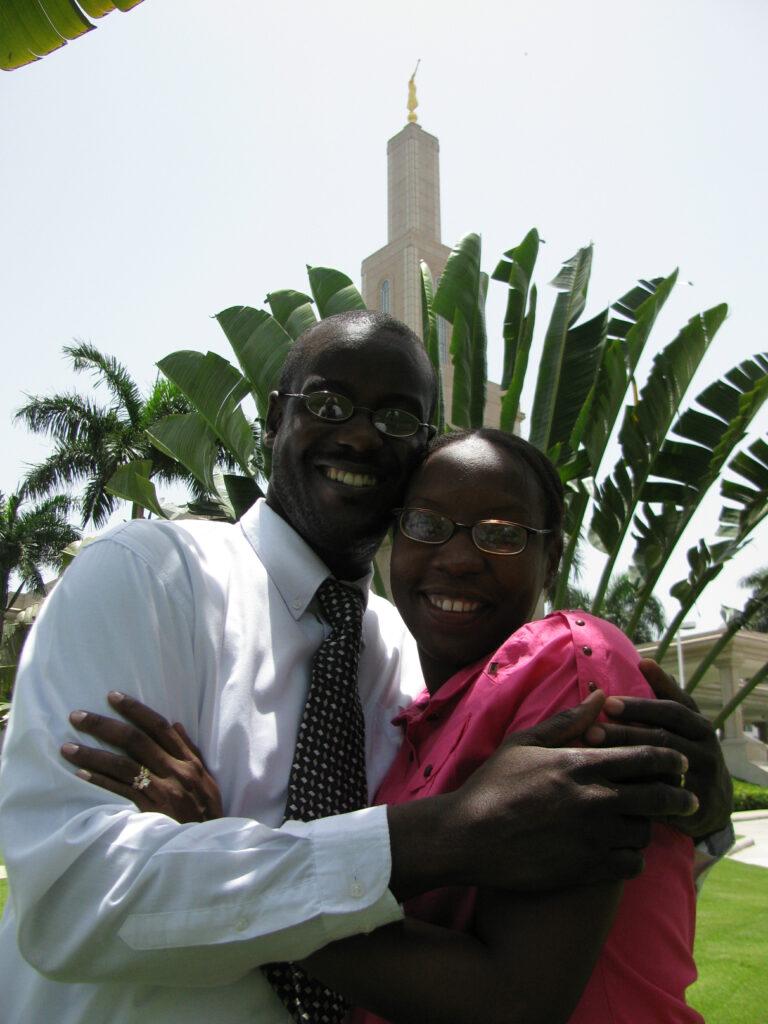 Jean Rossely e Nadege Bernard posam do lado de fora do Templo de Santo Domingo República Dominicana, onde foram selados no dia 7 de julho, 2010.