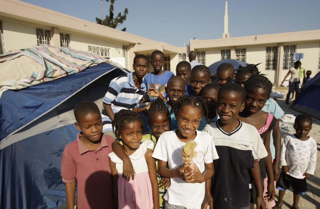 Crianças ficam do lado de fora da capela da Ala Centrale de A Igreja de Jesus Cristo dos Santos dos Últimos Dias em Porto Príncipe, Haiti, no dia 23 de janeiro, 2010. Membros da Igreja e outros ficaram no terreno porque não tinham nenhum outro lugar para ir após o terremoto de 12 de janeiro.