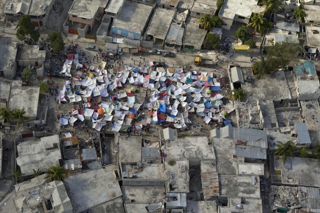 Os haitianos montam cidades improvisadas na capital, depois que um terremoto de magnitude 7,0 atingiu Porto Príncipe no dia 12 de janeiro, 2010.