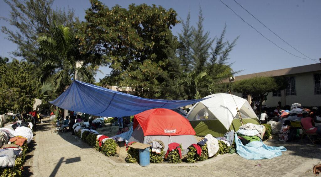 Vítimas do terremoto se refugiam no terreno da capela da Ala Centrale em Porto Príncipe, Haiti, no dia 21 de janeiro, 2010.
