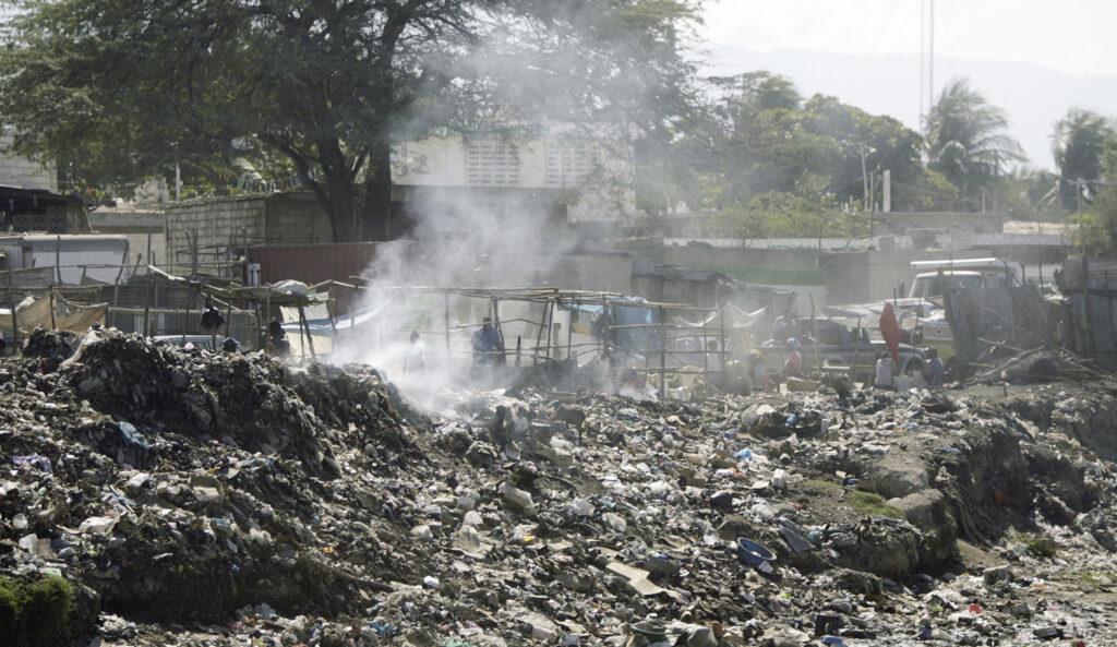 Os haitianos se abrigam em estruturas temporárias em Porto Príncipe, Haiti, no dia 20 de janeiro, 2010, depois que casas e outros edifícios foram danificados pelo terremoto de 12 de janeiro.