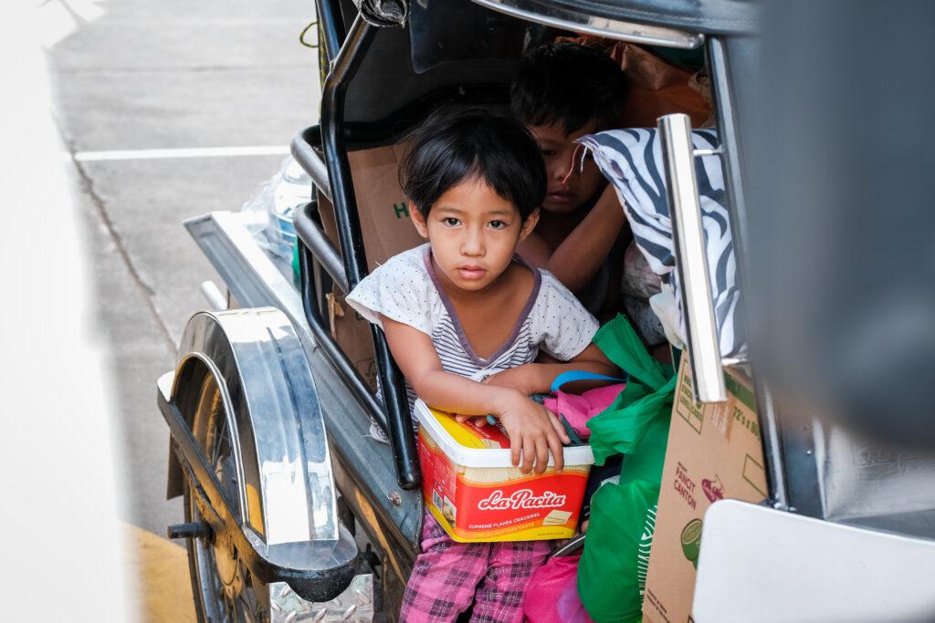 Os membros do Ramo Lemery, que tiveram que abandonar suas casas, se sentam em um triciclo no estacionamento da sede da Estaca Batangas Filipinas, no dia 6 de fevereiro de 2020.