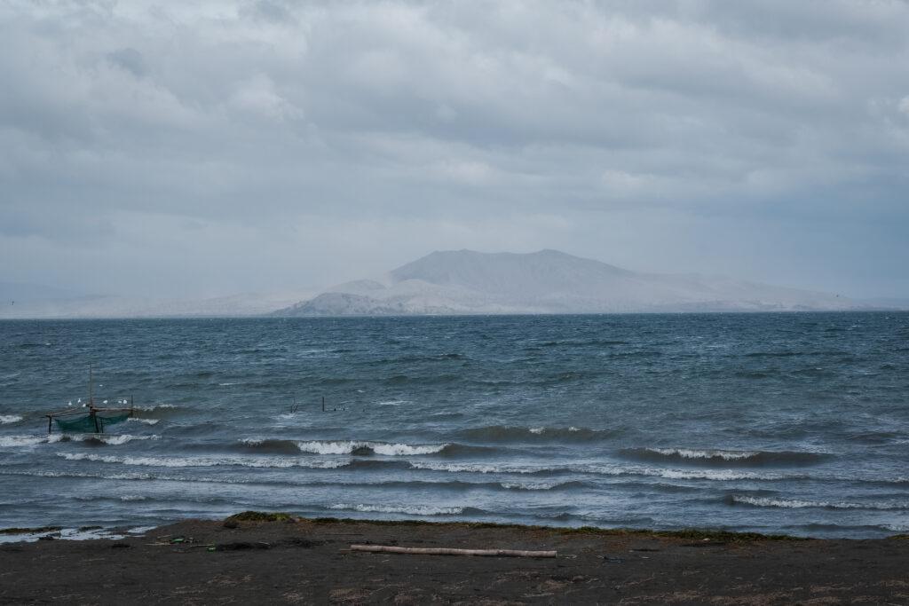 A ilha onde fica o Vulcão Taal no Lago Taal está visivelmente coberta por densas camadas de cinzas vulcânicas no dia 6 de fevereiro de 2020, após as erupções vulcânicas que ocorreram no dia 12 de janeiro de 2020.