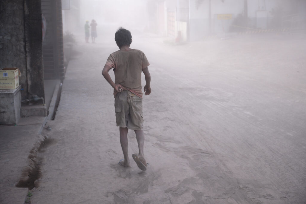 O Vulcão Taal continua a espalhar cinzas ao sul de Manila, Filipinas. Lava em brasa jorrou do vulcão filipino após uma súbita erupção de cinzas e vapor, que forçou os moradores a fugirem em massa e fechar o aeroporto internacional de Manila, os escritórios e as escolas.