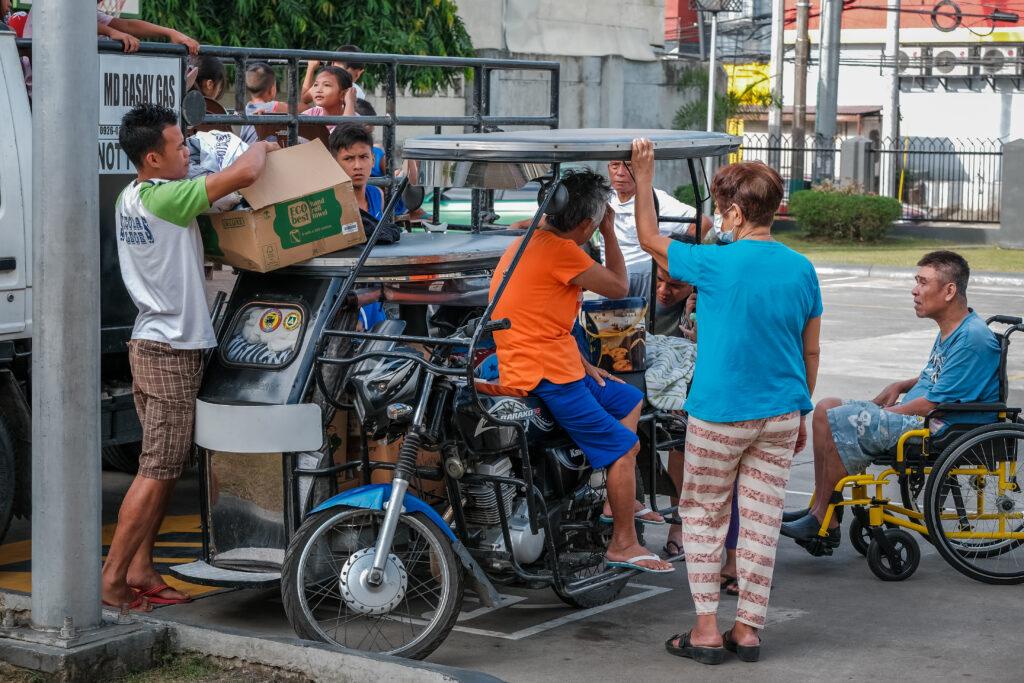 Jorge Alvarez, à direita, prepara-se para voltar para casa no dia 6 de fevereiro de 2020, depois de passar três semanas morando na sede da Estaca Batangas Filipinas, após evacuações das áreas ao redor do Vulcão Taal.