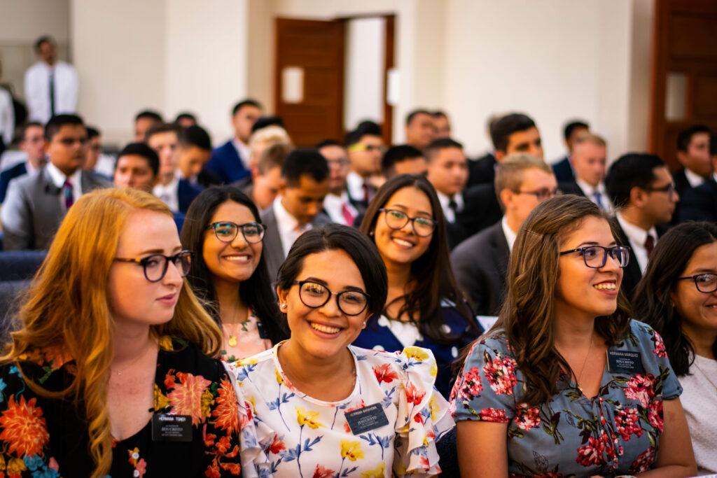 Missionários na Costa Rica sorriem durante uma reunião missionária com o Élder Ulisses Soares na quinta-feira, dia 13 de fevereiro, 2020.