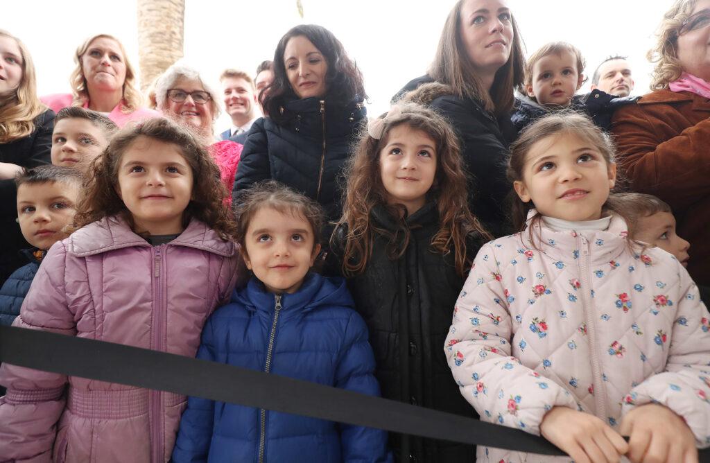Algumas crianças esperam pela cerimônia de colocação da pedra de esquina durante a dedicação do Templo de Roma Itália, de A Igreja de Jesus Cristo dos Santos dos Últimos Dias, em Roma, Itália, no domingo, 10 de março de 2019.