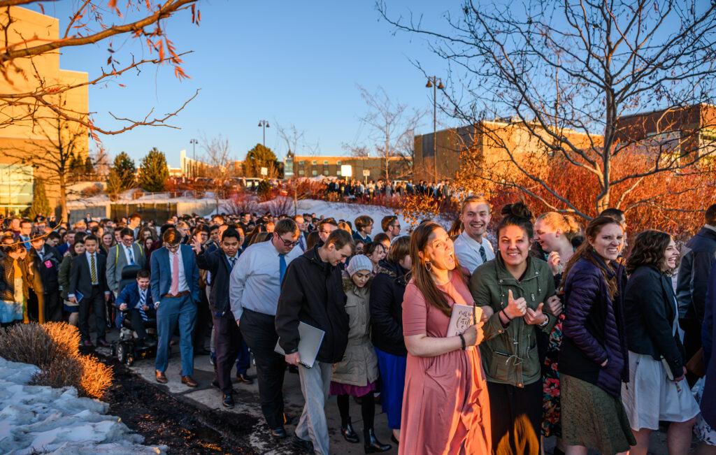 Alguns alunos chegaram horas mais cedo ao Centro da BYU-Idaho no dia 1º de março de 2020, antecipando um devocional de domingo à noite com o Élder Dieter F. Uchtdorf e a irmã Harriet Uchtdorf.