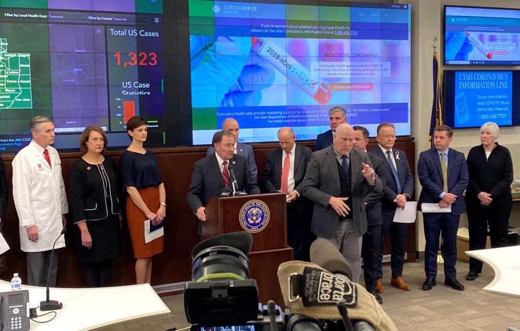 O governador Gary Herbert fala com membros da mídia durante a coletiva de imprensa sobre o COVID-19, no Centro de Operações de Emergência, dentro do Capitólio, na quinta-feira, 12 de março de 2020.