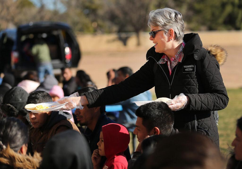 A sister Susan Whetten-Udall, missionária de serviço de A Igreja de Jesus Cristo dos Santos dos Últimos Dias, serve o café da manhã para refugiados pedindo asilo em uma igreja da região metropolitana de Phoenix, Arizona, na segunda-feira, 11 de fevereiro de 2019.